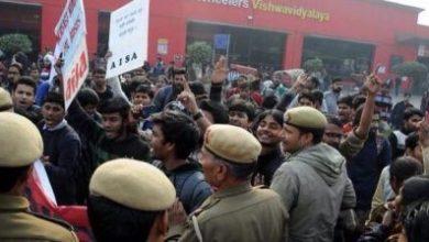 Yeni Delhi Üniversite öğrencileri metro istasyonunu işgal etti