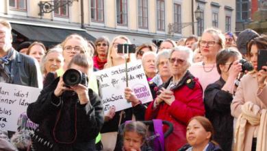 İsveçte binlerce kadın cinsel saldırıya karşı sokaklarda